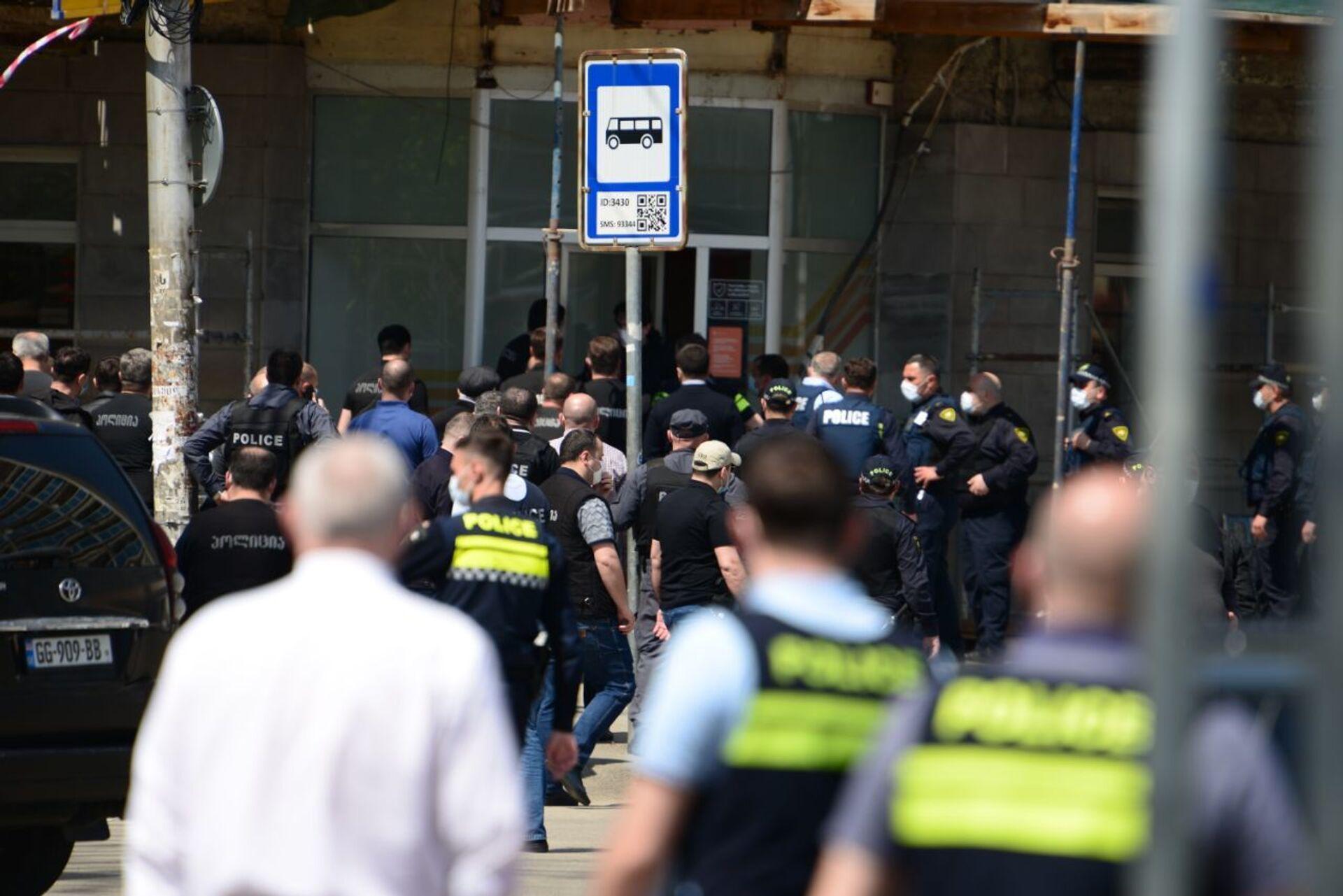Захват заложников в Тбилиси: новое нападение на Сакартвелос банки - видео - Sputnik Грузия, 1920, 16.04.2021