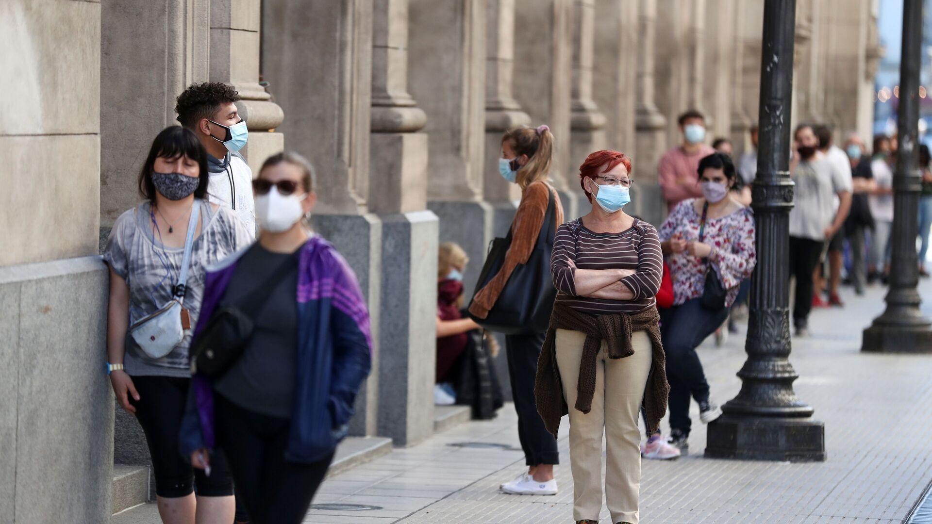 Пандемия коронавируса - прохожие в масках в Аргентине, Буэнос-Айрес - Sputnik Грузия, 1920, 16.04.2021