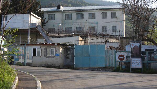Перед входом на территорию тюремной больницы - Sputnik Грузия