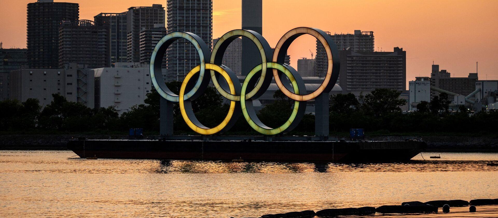 Олимпийские кольца зажжены на набережной Одайбы в Токио 20 апреля 2021 года  - Sputnik Грузия, 1920, 22.04.2021