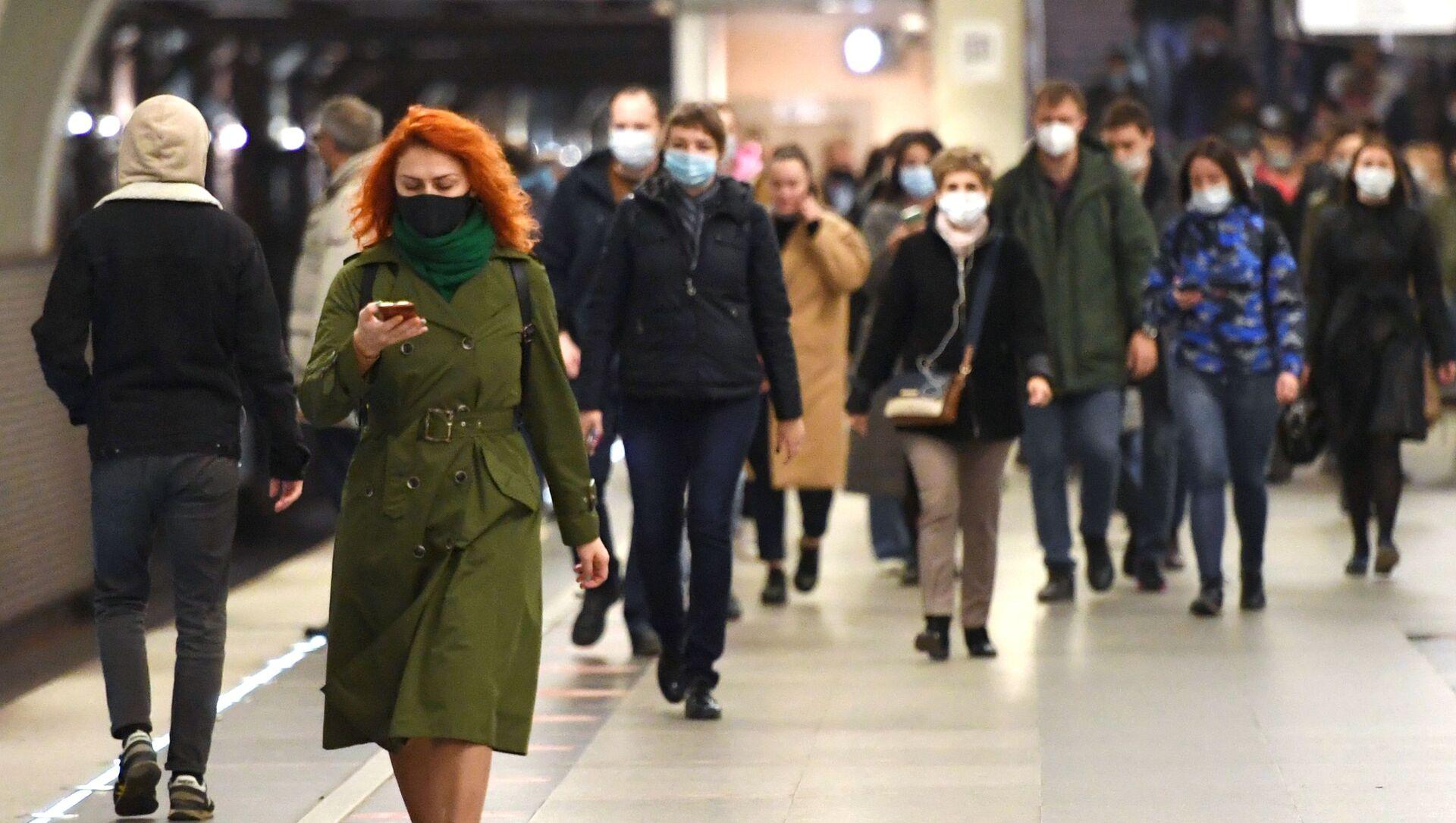 Люди в защитных масках на станции Московского метрополитена. - Sputnik Грузия, 1920, 23.04.2021