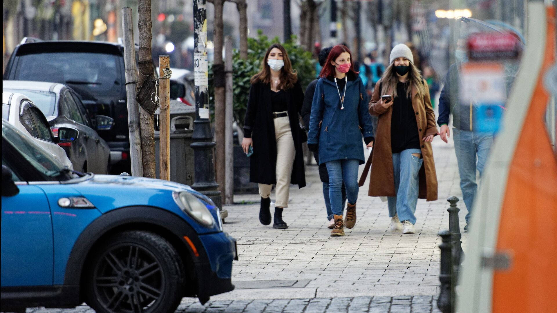 Эпидемия коронавируса - прохожие идут по улице в масках - Sputnik Грузия, 1920, 05.10.2021