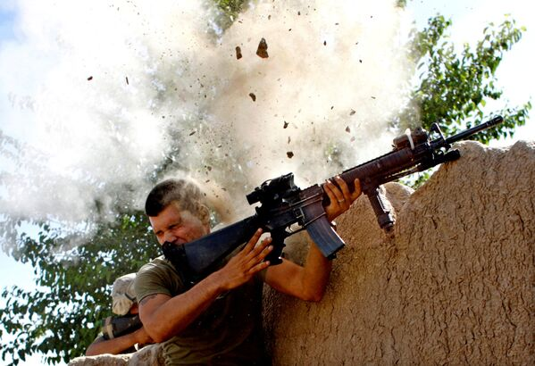 Борьба с талибами в то время шла ожесточенная. На фото - военнослужащие 24-го экспедиционного подразделения морской пехоты США отражают атаку сил Талибана в афганской провинции Гильменд 18 мая 2008 года - Sputnik Грузия