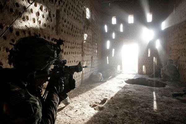 В конце ноября 2001 года в Афганистане высадился первый крупный воинский контингент США - около 1000 морских пехотинцев были вертолетами переброшены с кораблей в Аравийском море в район южнее Кандагара. Там они создали передовую оперативную базу Кэмп-Рино (Camp Rhino) - Sputnik Грузия