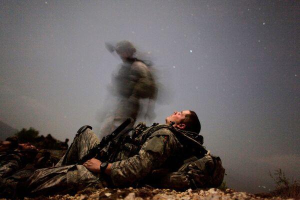 Американские солдаты из оперативной группы Mountain Warrior во время передышки между отражением атак сил Талибана в долине Пеш, провинция Кунар, 12 августа 2009 года - Sputnik Грузия