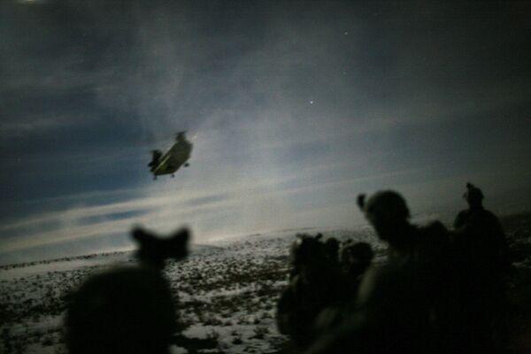 Американские солдаты следят за приближением вертолета Chinook, который летит, чтобы эвакуировать их после ночной спецоперации против сил талибов в провинции Пактика, 21 февраля 2011 года - Sputnik Грузия