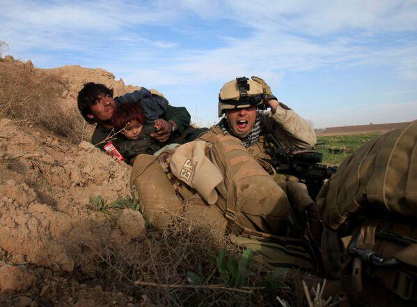 Американцы отражают атаку сил Талибана в провинции Гильменд. Военнослужащие пытаются защитить местных жителей, попавших под обстрел. 13 февраля 2010 года - Sputnik Грузия
