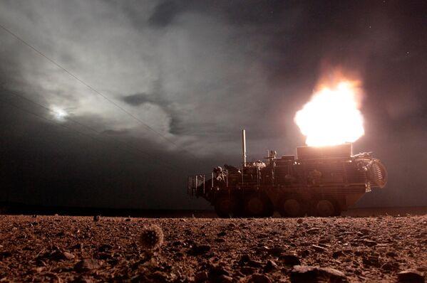 Обстрел позиций сил Талибана во время ночного патрулирования в провинции Кандагар американским бронетранспортером Stryker из 120-мм минометной установки. 27 апреля 2010 года - Sputnik Грузия