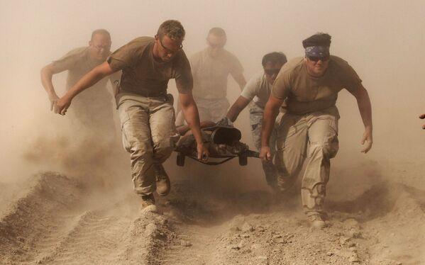 Служащие морской пехоты США эвакуируют раненого товарища с поля боя в провинции Кандагар, 2 октября 2010 года - Sputnik Грузия