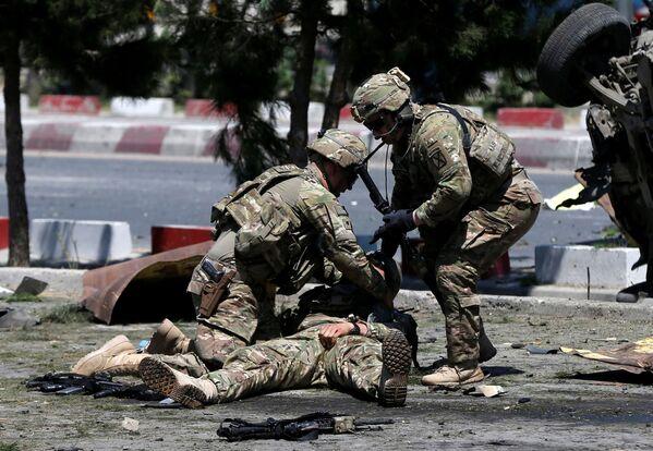 Оказание помощи солдату, получившему ранение, на месте взрыва в Кабуле 30 июня 2015 года  - Sputnik Грузия