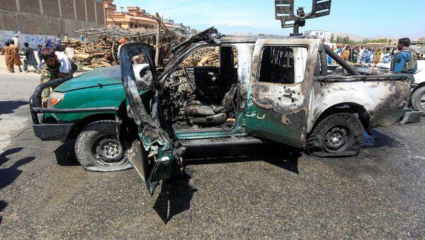 Афганистан. Место теракта. Поврежденная взрывом машина в Джалалабаде - Sputnik Грузия