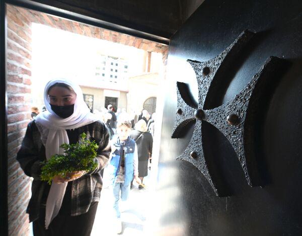 Теперь же люди носят маски и на улице, и в помещениях. Это обязательное правило, иначе - штраф - Sputnik Грузия
