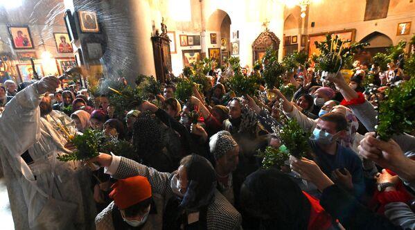 то теперь церкви заполнены людьми, и как видно на фото, ни о какой дистанции речь не идет - Sputnik Грузия