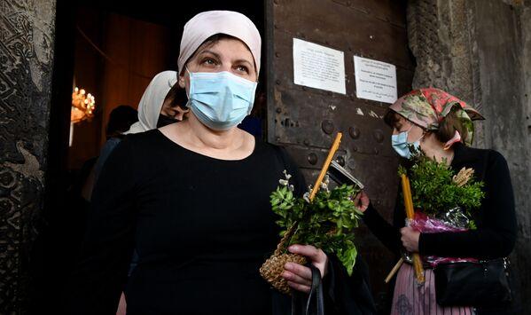 Посещение храмов и церквей в масках - уже привычная картина - Sputnik Грузия