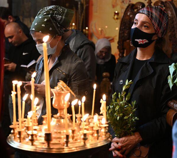 Но год назад ношение масок было обязательно только внутри храмов - Sputnik Грузия