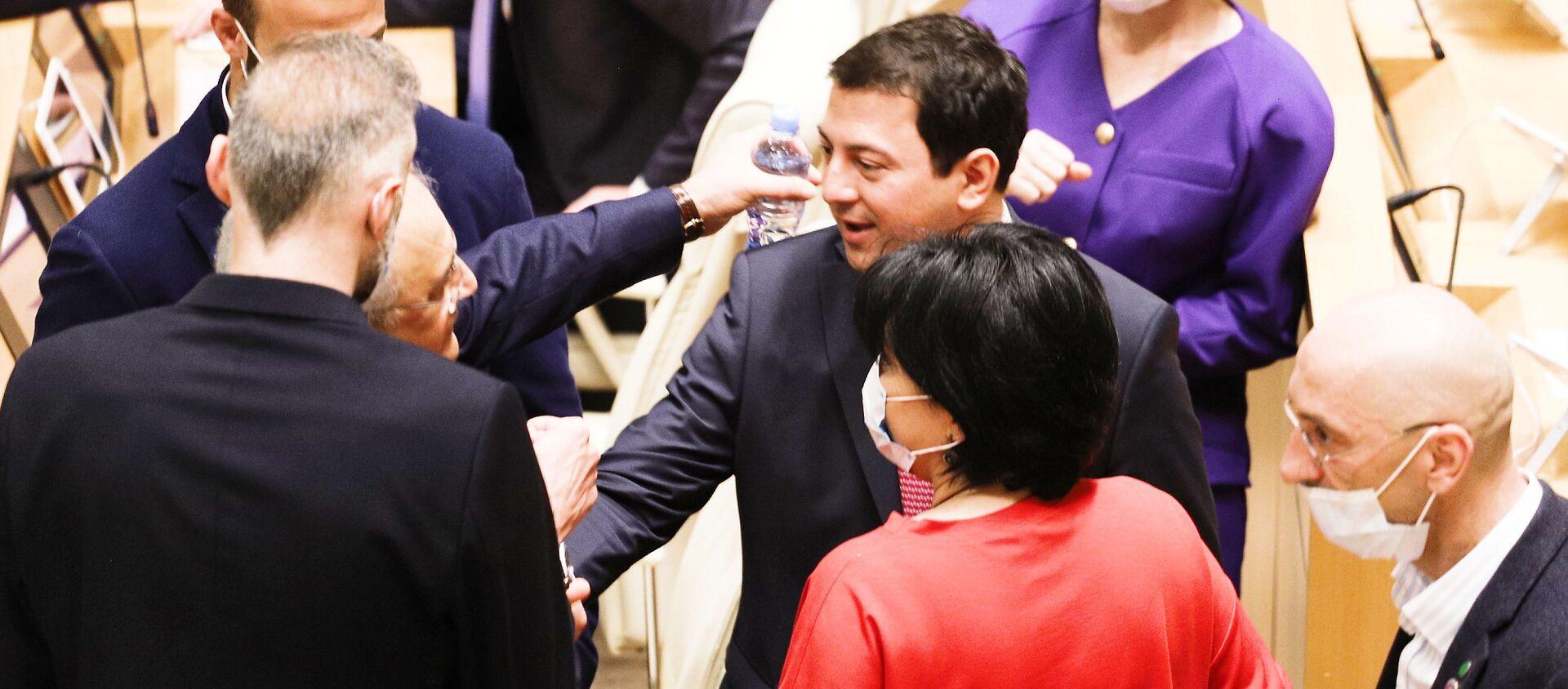Арчил Талаквадзе беседует с депутатами от правящей партии Грузинская мечта - Sputnik Грузия, 1920, 27.04.2021