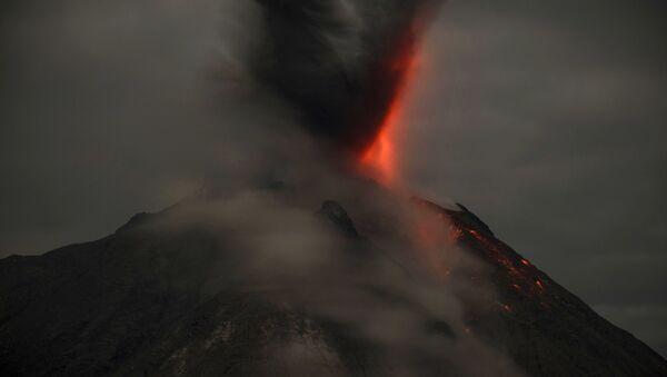 Извержение вулкана Синабунг в Индонезии - Sputnik Грузия