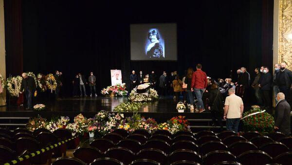 Траурная церемония прощания с легендарным актером Кахи Кавсадзе 1 мая 2021 года - Sputnik Грузия