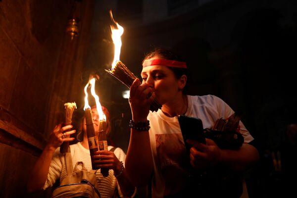 Благодатный огонь символизирует нерукотворный свет Воскресения Христова, о котором говорил еще апостол Петр, и считается святыней для верующих - Sputnik Грузия