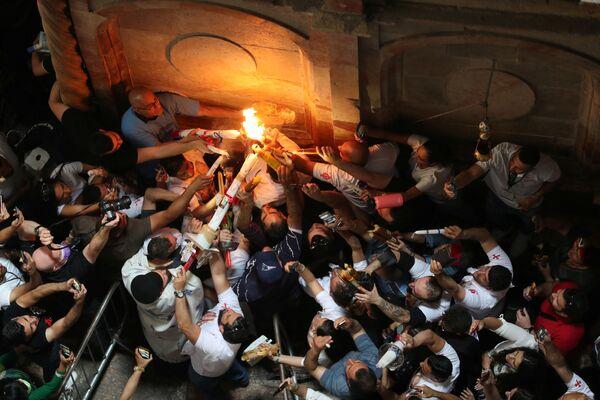 Схождение Благодатного огня – чудо, которое ежегодно происходит в храме Гроба Господня в Иерусалиме накануне православной Пасхи - Sputnik Грузия