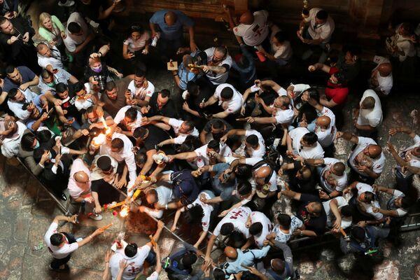 Из-за пандемии коронавируса в этом году чудо схождения Благодатного огня в Иерусалиме смогли лицезреть лишь прошедшие вакцинацию паломники - Sputnik Грузия