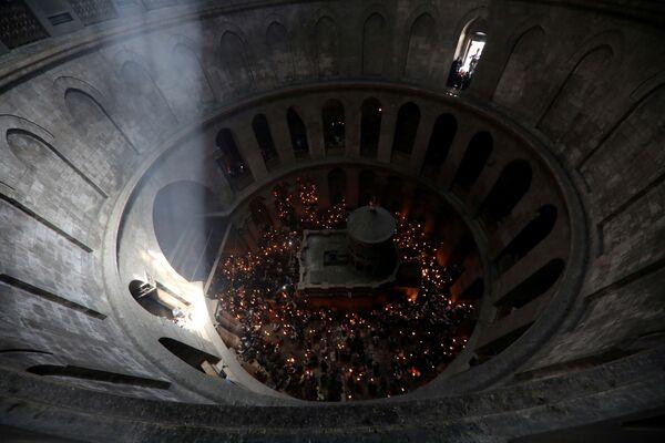 Огонь зажигается во время литании – особого молебна, который возглавляет Иерусалимский патриарх - Sputnik Грузия