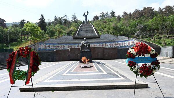 День Победы 9 мая 2021 года. Парк Ваке. Могила Неизвестного солдата и Вечный огонь, венки от посольств - Sputnik Грузия