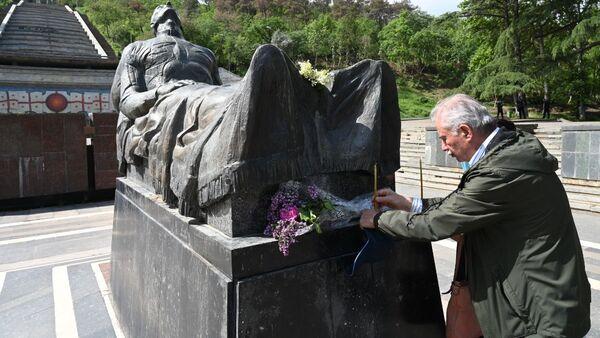 День Победы 9 мая 2021 года. Парк Ваке. Могила Неизвестного солдата, люди возлагают цветы - Sputnik Грузия