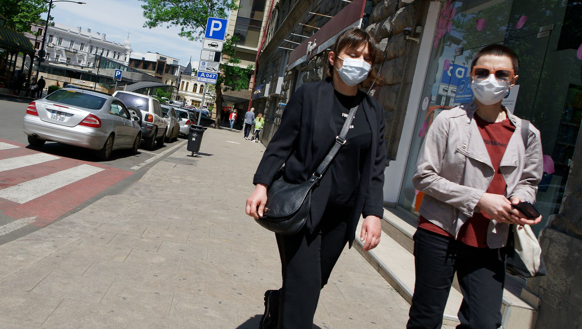 Эпидемия коронавируса - прохожие на улице в масках - Sputnik Грузия, 1920, 19.06.2021
