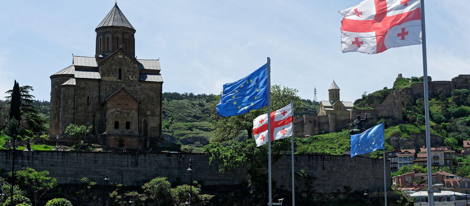 Вид на город Тбилиси - Метехская церковь и площадь Европы, флаги ЕС и Грузии - Sputnik Грузия, 1920, 26.05.2021