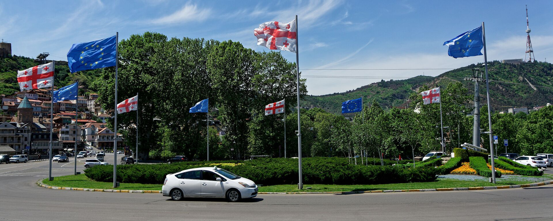 Вид на город Тбилиси в солнечную погоду - флаги ЕС и Грузии на площади Европы - Sputnik Грузия, 1920, 31.08.2021