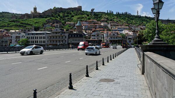 Вид на город Тбилиси в солнечную погоду - район Калаубани, Метехский мост и крепость Нарикала - Sputnik Грузия