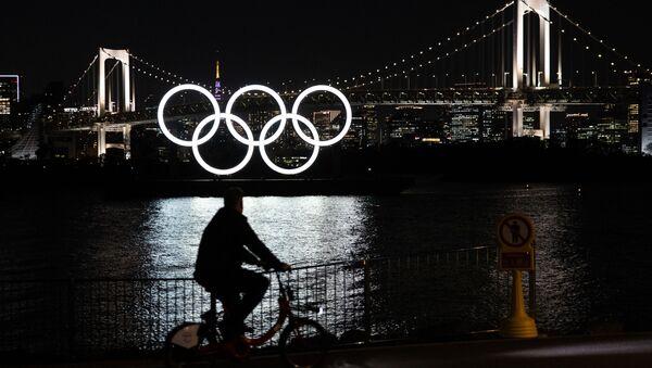 Монумент из пяти олимпийских колец на плавучей барже в Токийском заливе - Sputnik Грузия