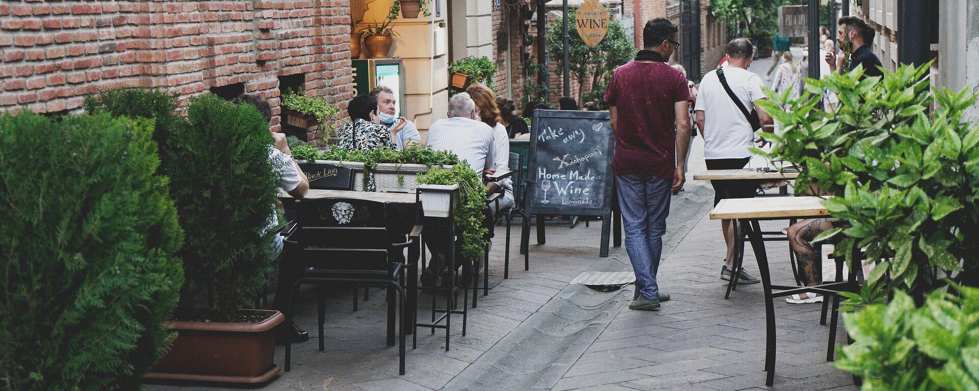 Кафе и рестораны под открытым небом - эпидемия коронавируса посетители и официанты в масках - Sputnik Грузия, 1920, 02.06.2021