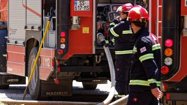 Пожарные спасатели на месте ЧП - Sputnik Грузия