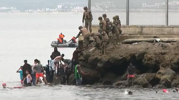 Солдаты, бронетранспортеры и слезоточивый газ против нелегалов из Африки - Sputnik Грузия