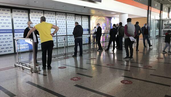 Тбилисский международный аэропорт - терминал прибытия, ожидающие - Sputnik Грузия