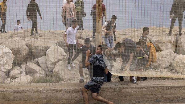 Марокканские мигранты после попытки пересечь границу между Марокко и испанским анклавом Сеута - Sputnik Грузия