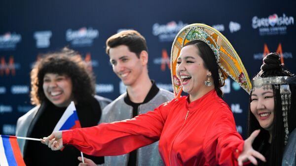 Певица Манижа со своей командой (Россия) на бирюзовой ковровой дорожке перед началом церемонии открытия Евровидения-2021 в Роттердаме - Sputnik Грузия