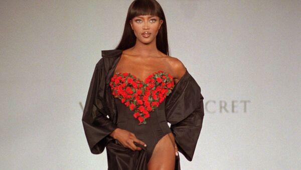 Наоми Кэмпбелл открывает презентацию весенней коллекции нижнего белья Victoria's Secret в Нью-Йорке, 1996 год - Sputnik Грузия