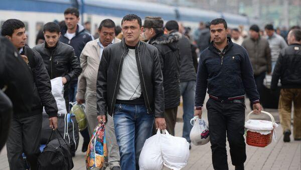 Пассажиры поезда Ташкент-Москва на платформе Казанского вокзала Москвы - Sputnik Грузия