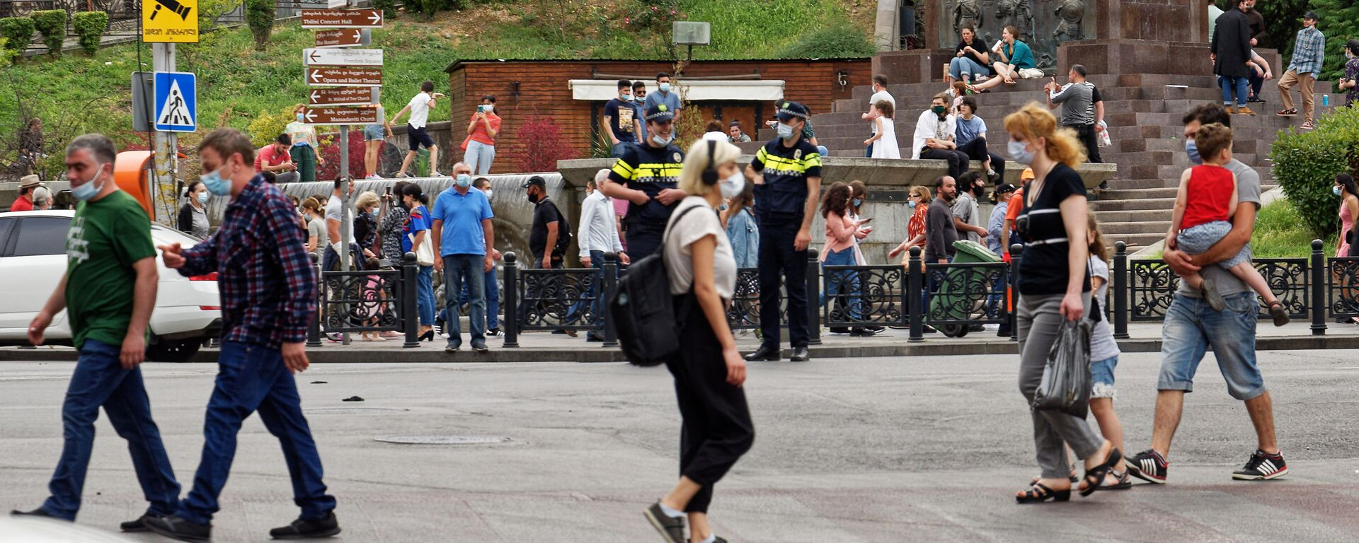 Эпидемия коронавируса - полиция и прохожие на улице в масках и штрафы за нарушения - Sputnik Грузия, 1920, 06.07.2021