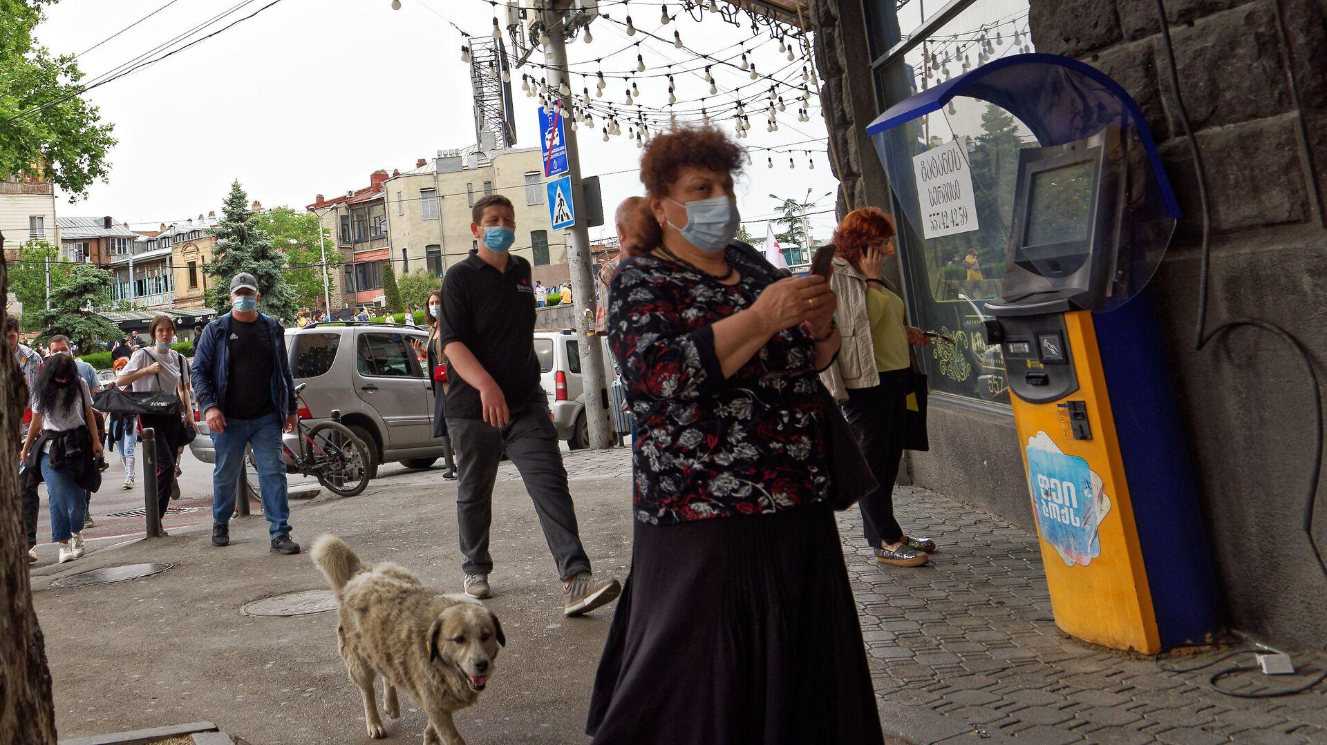 Эпидемия коронавируса - прохожие на улице в масках  - Sputnik Грузия, 1920, 07.07.2021