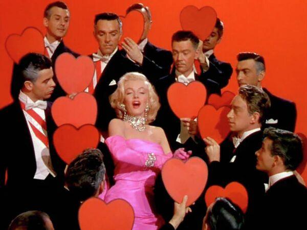 Про то, что Бриллианты - лучшие друзья девушек, Мэрилин пела в стекляшках. Настоящий бриллиант ей одолжили только для продвижения фильма Джентльмены предпочитают блондинок и лишь на несколько часов. Рекордных гонораров блондинка никогда не получала: самую большую сумму ей выплатили за картину В джазе только девушки - 300 тысяч долларов. А вознаграждение за последний неоконченный фильм Что-то должно случиться составило всего сто тысяч - Sputnik Грузия