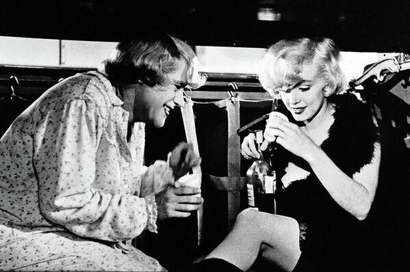 В оригинале этот фильм назывался Некоторые любят погорячее, но советские прокатчики выбрали более целомудренный вариант: В джазе только девушки. Хотя здесь, кроме намеков на сексуальный подтекст, была еще и логика: ведь герои из зимнего Чикаго попадают в солнечную Флориду - Sputnik Грузия