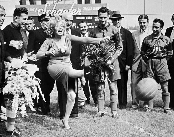 В мае 1957-го Монро открыла товарищеский матч между командой Хапоэлем из Тель-Авива и сборной звезд американской лиги в Бруклине на бейсбольном стадионе Эббетс Филд. О ее присутствии просили представители израильской делегации: Как спортсмены, мы бы хотели увидеть команду Бруклин Доджерс, а как мужчины - Мэрилин Монро. Наверное, именно благодаря своему талисману гости и победили со счетом 6:4 - Sputnik Грузия