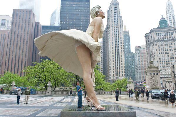 Семнадцатитонную статую в 2012-м перевезли из Чикаго, где она раздражала местных жителей откровенной позой, в Палм-Спрингс. Власти города не пожалели на транспортировку 40 тысяч долларов. Потом ее отправили в турне по Штатам, а сейчас ждут обратно. Однако не утихают споры о том, допустимо ли всем прохожим изучать гиперреалистичное белье гигантской красавицы - Sputnik Грузия