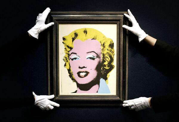Энди Уорхол создал более сотни вариаций образа обожаемой им Мэрилин в разных цветах. Четыре портрета повредила выстрелом американская художница Дороти Подбер. Однако гений коммерции не растерялся и продал произведения вдвое дороже, переименовав их в Застреленные Мэрилин - Sputnik Грузия