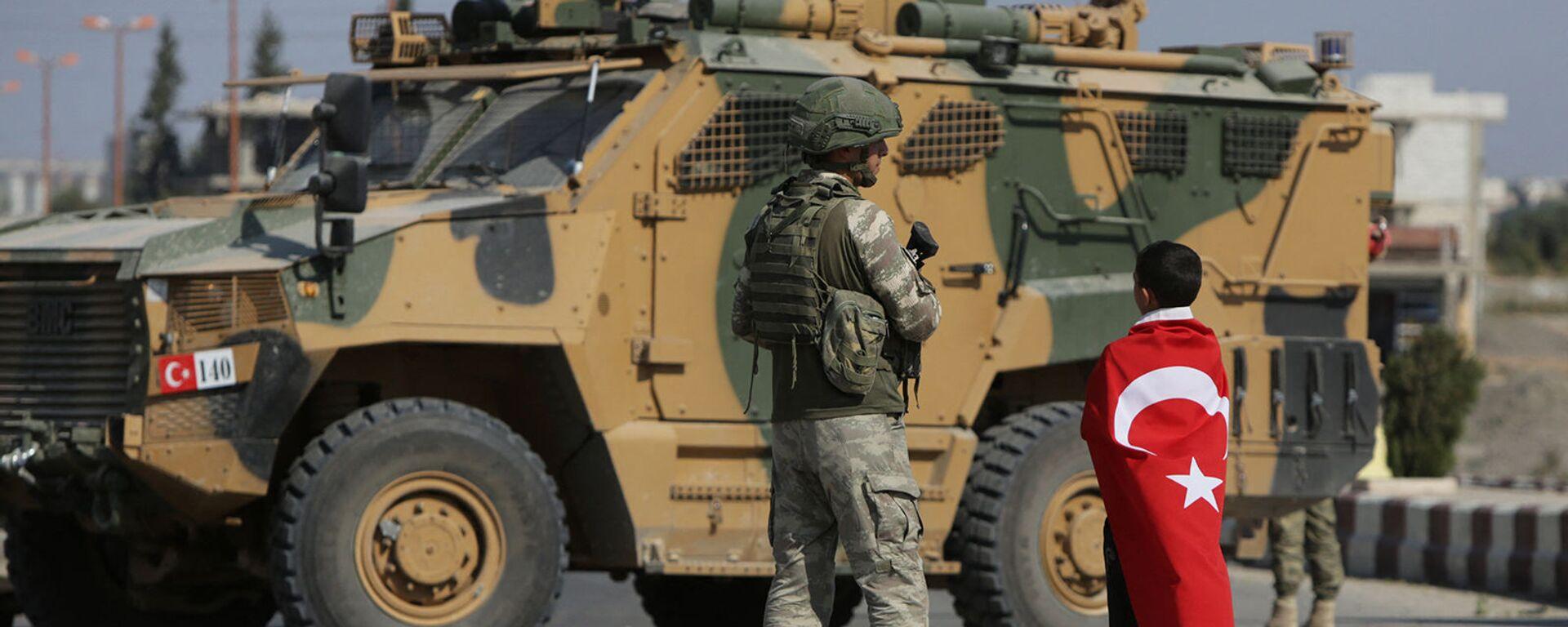 Турецкие солдаты патрулируют у города Таль - Абьяд, расположенный на сирийско-турецкой границе (23 октября 2019). Сирия - Sputnik Грузия, 1920, 23.09.2021