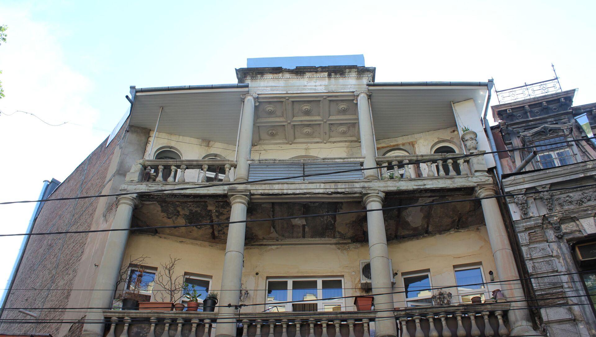 На третьем этаже остался лишь фрагмент оригинального потолка - Sputnik Грузия, 1920, 11.06.2021